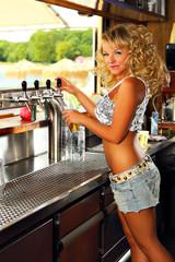 Barfrau beim zapfen