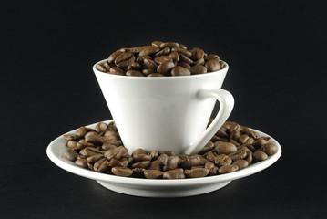 Café en grano y taza