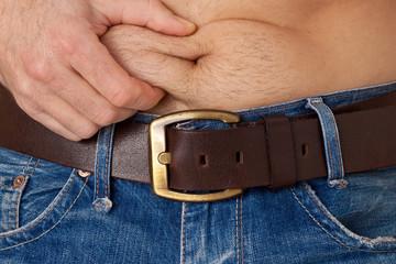 Mann kneift sich in den Bauch - Diat, Abnehmen