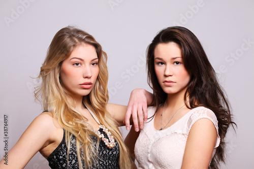 zwei hübsche freundinnen stehen zusammen