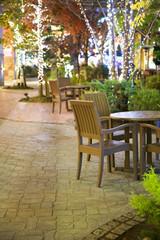 クリスマスイルミネーションとオープンカフェ
