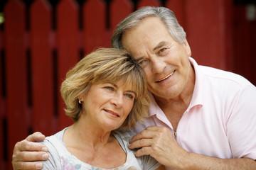 Ein älterer Mann kümmert sich um seine Frau