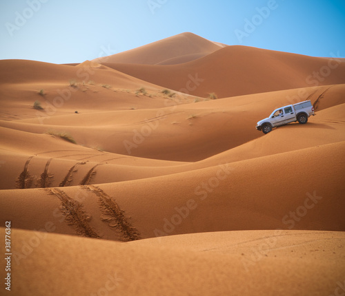 Jeep in the Sahara - 38776362