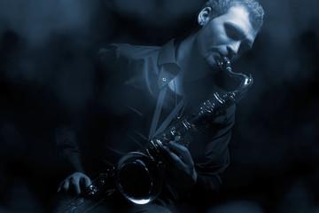 Saxophonist auf verrauchte Bühne
