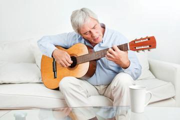 Senior lernt Gitarre spielen