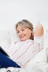 Entspannte Seniorin beim Lesen
