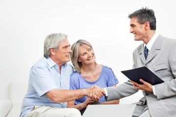 Steuerberater begrüßt Senioren