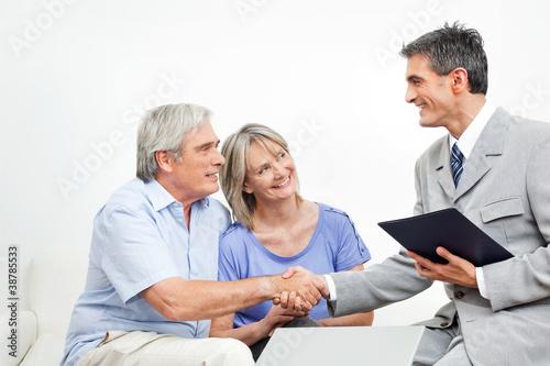 Fototapeta Steuerberater begrüßt Senioren