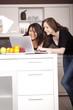 Freundin mit laptop in Küche