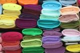 rafta rengarenk kumaş topları