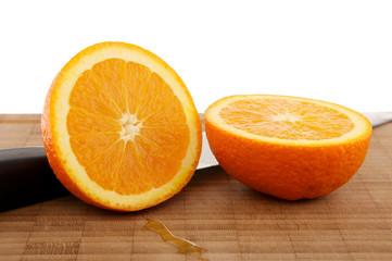Orangen auf Holzbrett mit Messer