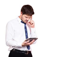junger Geschäftsmann mit Tablet-Computer, grübelnd
