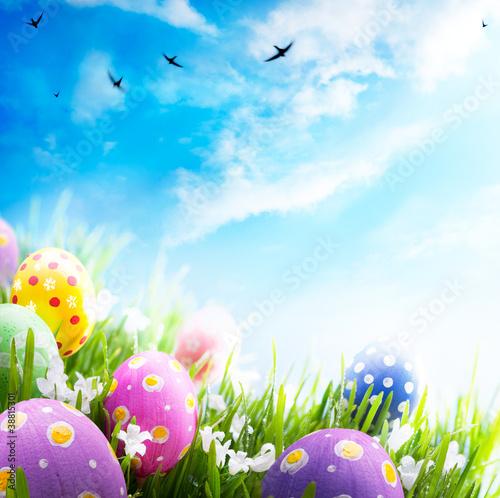 Art Ostereier verziert mit Blumen im Gras auf blauem Himmel