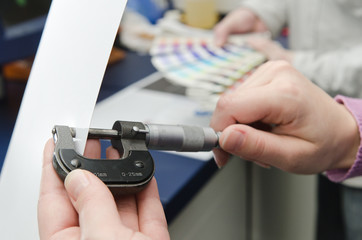 Papierdicke mit Mikrometer messen