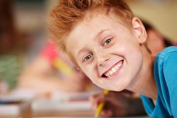 fröhlicher Junge in der Grundschule