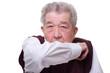 Senior hustet und hält den Arm vor dem Mund