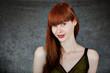 Frau mit langen rotbraunen Haaren