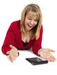 staunende Frau (22 Jahre) mit Taschenrechner, liegend (Serie)
