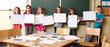 Kinder präsentieren Bilder im Kunstunterricht
