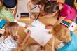 Leinwandbild Motiv Kinder malen in der Grundschule