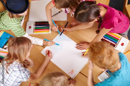 Leinwanddruck Bild Kinder malen in der Grundschule