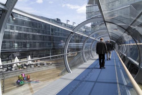 futuristische glasr hre verbindet geb ude von blickfang lizenzfreies foto 38836150 auf. Black Bedroom Furniture Sets. Home Design Ideas