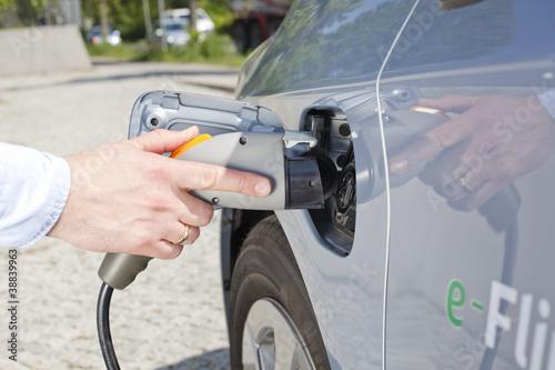 Tankstutzen und Zapfpistole bei einem Elektroauto