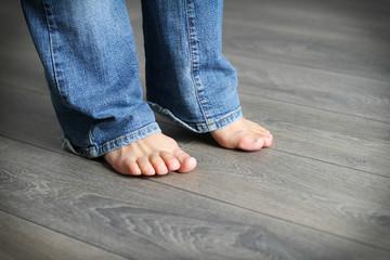 Füsse auf Fußboden