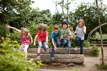 Gruppe fröhlicher Schulkinder