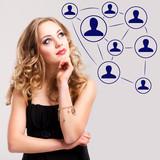 junge blonde Frau denkt über soziales Netz nach