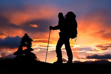 Bergsteiger am Gipfel bei Sonnenaufgang