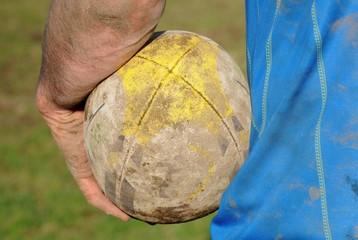 ballon de rugby en main