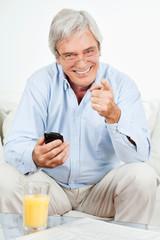 Senior benutzt Smartphone
