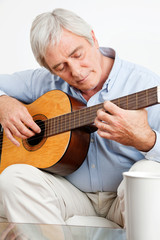 Älterer Mann spielt Gitarre