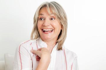 Überraschte Seniorin lacht laut