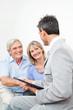 Seniorenpaar begrüßt Anlageberater