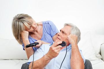 Senioren verlieren beim Videospiel