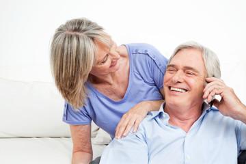 Lachendes Seniorenpaar mit Handy