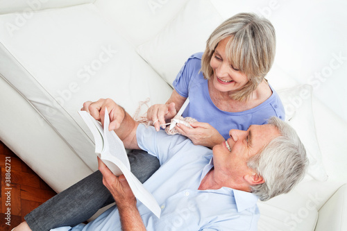 Senior zeigt Seniorin beim Stricken Strickmuster