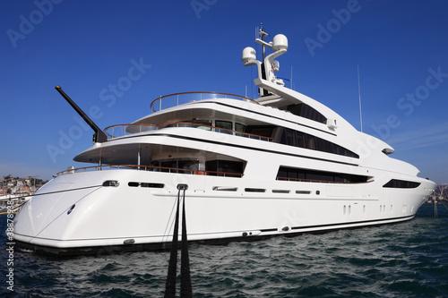 luksusowy-jacht-w-porcie