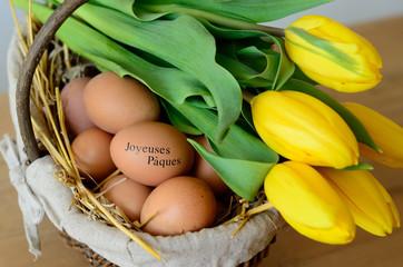 Oeufs Joyeuses pâques et Tulipes