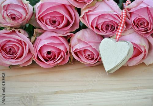 Rosen mit weißem Holzherz