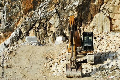 bulldozer lavora in cava