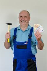 Handwerker mit Hammer und Geld