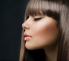 Brown Hair. Beautiful Woman with Healthy Long Hair