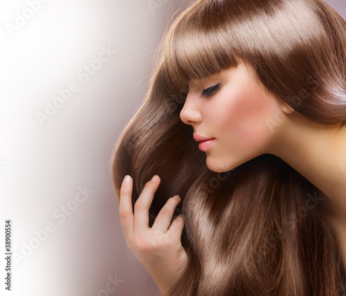 Blondes Haar. Schöne Frau mit glattem langem Haar