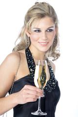 Hübsche Frau mit Sekt Glas unterhält sich am Silvester
