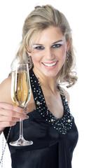 Hübsche Frau stößt mit Sekt an, prost Neujahr