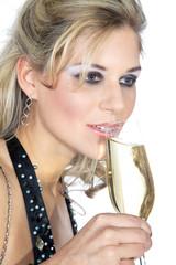 Hübsche Frau trinkt Sekt