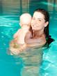 mama mit baby beim baden